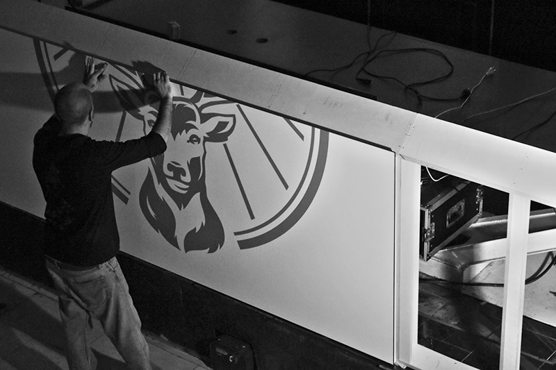 fotografische dokumentation, projektdokumentation, jägermeister, fotografie, fotos, schwarz weiß, bildbearbeitung, waldbrand media, schreiner, tischler, einbau, installation, dj-pult, geweih